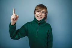 Aspecto europeo del pelo del marrón del muchacho del adolescente adentro Imágenes de archivo libres de regalías