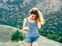 Aspecto modelo de European Caucasian de la muchacha con una sonrisa hermosa y un pelo largo que presentan en la puesta del sol Imagen de archivo libre de regalías