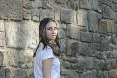 Aspecto oscuro-cabelludo hermoso joven del modelo de la muchacha en una ciudad vieja Foto de archivo