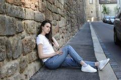 Aspecto oscuro-cabelludo hermoso joven del modelo de la muchacha en una ciudad vieja Fotos de archivo