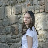 Aspecto oscuro-cabelludo hermoso joven del modelo de la muchacha en una ciudad vieja Fotos de archivo libres de regalías