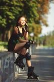 Aspecto que se divierte de la chica joven hermosa Fotografía de archivo libre de regalías