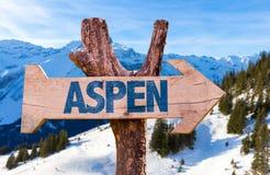Aspen-Holzschild mit Alpenhintergrund Stockbild
