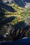 Aspen och toppiga bergskedjan krönar reflexioner på Parker Lake, den Inyo nationalskogen, toppiga bergskedjan Nevada Range, Kalif fotografering för bildbyråer