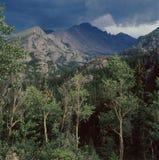 Aspens και Long& x27 αιχμή του s από το ίχνος Haiyaha λιμνών, δύσκολο εθνικό πάρκο βουνών, Κολοράντο Στοκ Εικόνες