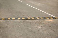 Aspereza artificial en el asfalto para limitar la velocidad fotos de archivo