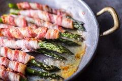 Asperge Asperge en broodjesbacon Geroosterde asperge met gerold bacon en gebraden ei Gebraden oud panhoogtepunt van gerold bacon  stock foto's
