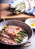 Asperge Asperge en broodjesbacon Geroosterde asperge met gerold bacon en gebraden ei Gebraden oud panhoogtepunt van gerold bacon  royalty-vrije stock fotografie