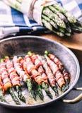 Asperge Asperge en broodjesbacon Geroosterde asperge met gerold bacon en gebraden ei Gebraden oud panhoogtepunt van gerold bacon  stock afbeelding
