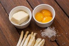 Asperge avec des ingrédients pour le hollandaise de sauce photographie stock