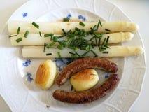 Asperge avec la nourriture franconienne de bratwurst photo libre de droits