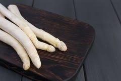 Asperge blanche, sur un conseil en bois sur une table Légumes d'été Nourriture saine L'espace libre pour le texte Copiez l'espace photo stock