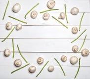 Asperge et champignons sur la table en bois blanche Vue supérieure Photos stock