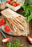 Asperge et fraises blanches sur la table en bois photos libres de droits