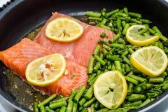 Asperge et saumons dans la casserole Image libre de droits
