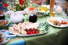 Asperge et tomates grillées avec du pain pita sur la table de pique-nique Photos libres de droits