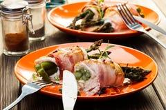 Asperge fraîche cuite au four enveloppée en poulet et lard photo stock