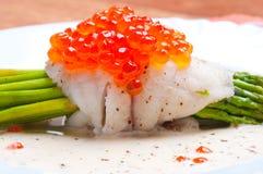 Asperge met vissen en rode kaviaar in romige saus Royalty-vrije Stock Afbeeldingen