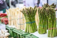 Asperge Verse bundels van witte en groene asperge op marktplaats stock afbeelding