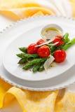 Asperge verte avec les tomates rôties photo libre de droits