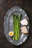 Asperge verte cuite avec l'oeuf Images stock