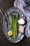 Asperge verte cuite avec l'oeuf Images libres de droits