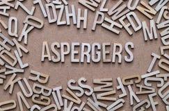 Aspergers begrepp, ord som stavas ut i träbokstäver arkivfoton