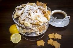 Asperje con el azúcar en polvo, placa frita de la pasta de la torta de frutas Cocina polaca y lituana del postre - el ángel del f Imagenes de archivo