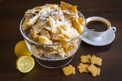 Asperje con el azúcar en polvo, placa frita de la pasta de la torta de frutas Cocina polaca y lituana del postre - el ángel del f Imagen de archivo libre de regalías