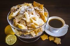 Asperje con el azúcar en polvo, placa frita de la pasta de la torta de frutas Cocina polaca y lituana del postre - el ángel del f Fotografía de archivo libre de regalías