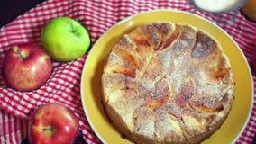 Asperje el azúcar en polvo en la empanada de manzana recientemente cocida Empanada de manzana preparada almacen de video