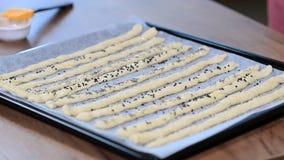 Asperje los breadsticks con las semillas de amapola Barras de pan hecho en casa en la tabla de madera almacen de metraje de vídeo