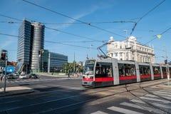 Aspern-Brücke und moderne Bürogebäude in Wien Lizenzfreies Stockbild