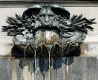 Aspersión del agua de una fuente con el lionhead Fotos de archivo libres de regalías