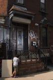 Aspettando alla porta a Brooklyn immagini stock libere da diritti