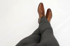 Aspettando con le gambe attraversate Fotografie Stock