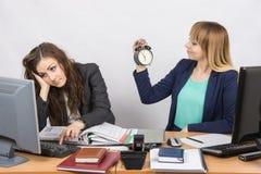 Aspettando la conclusione delle ore lavorative da due impiegati dell'ufficio Fotografie Stock