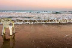 Aspettando la sedia sola di estate alla costa del mar Mediterraneo, il Cipro fotografie stock