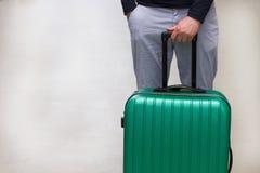 Aspettando nell'aeroporto Le valigie nella partenza dell'aeroporto bighellonano, aeroplano nel fondo, concetto di vacanze estive, fotografia stock libera da diritti