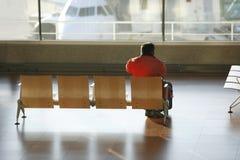 Aspettare dell'uomo un volo Immagini Stock Libere da Diritti