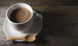 Aspetti il caffè della bevanda in tazza bianca Fotografia Stock
