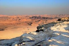 Aspetti per calarsi in corda doppia/che rappelling nel deserto di Israel Negev Immagini Stock Libere da Diritti