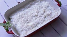 Aspetti per la preparazione dei cannelloni del formaggio e degli spinaci video d archivio