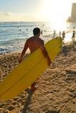 Aspetti per praticare il surfing all'estremità del ` s del giorno Immagine Stock Libera da Diritti