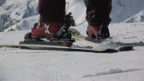 Aspetti per sciare in Saalbach-hinterglemm Austria stock footage
