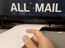 Aspetti per spedire una lettera nella scanalatura di posta all'ufficio postale immagini stock libere da diritti