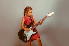 Aspetto europeo della ragazza dieci anni che giocano chitarra Fotografia Stock Libera da Diritti