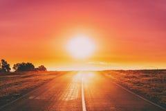 Asphalt Country Open Road In Sunny Morning Or Evening Open Road en la estación de verano en Sunny Sunset Or Sunrise Time imagenes de archivo