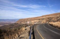 Asphalt Country Road Winding Down-Bergpas royalty-vrije stock afbeelding
