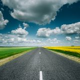 Asphalt Countryside Road Through Fields vide avec Photo stock